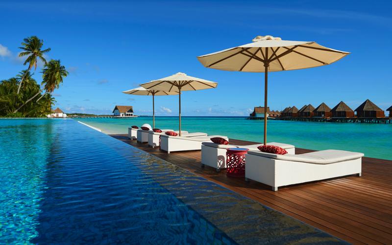 Kooddoo Island Resort pool